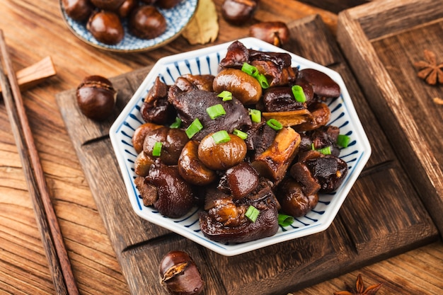 Китайская кухня тушеная свиная рулька из каштанов