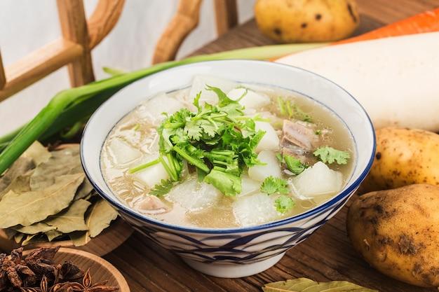 Китайская кухня: тушеный суп из редиса и баранины Premium Фотографии