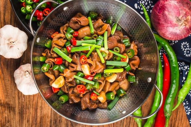 Китайская кухня острая свиная колбаса в сухом горшочке