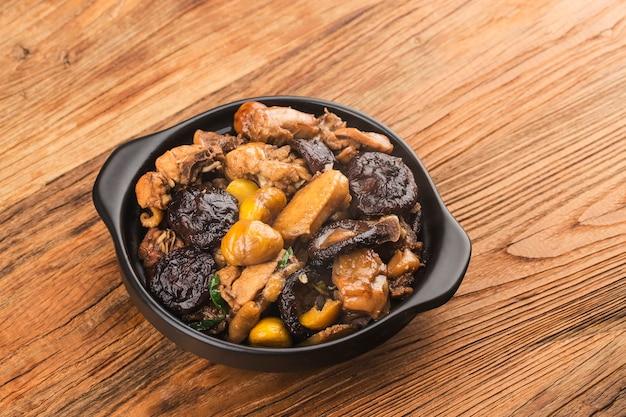 중국 요리 : 밤과 버섯을 곁들인 닭고기 볶음