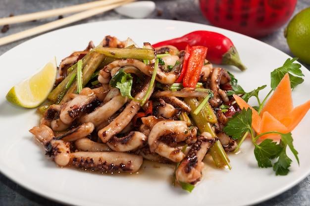 소스에 야채와 함께 중국 요리 맛있는 문어 촉수