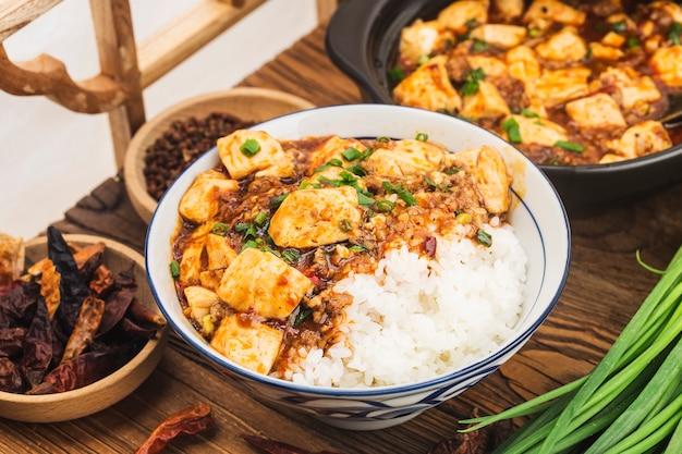中華料理:豆腐とスパイシーなミンチライス