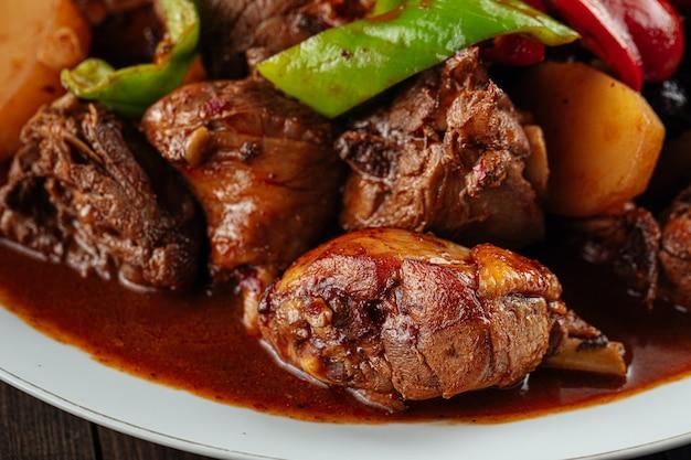 Китайское блюдо дапандзи с тушеной курицей и картофелем