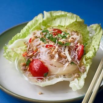 새해 중국 요리. 접시에 야채 샐러드와 쌀 국수