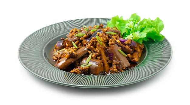 Китайские баклажаны, обжаренные с начинкой из свинины, чеснока и чили в соусе сычуань, украшают резные овощи, вид сбоку