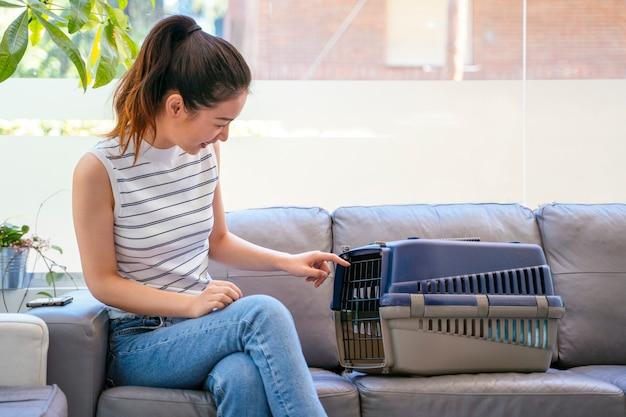 動物養子縁組クリニックの中国人女性。新しいペットの飼い主と一緒に避難する猫。