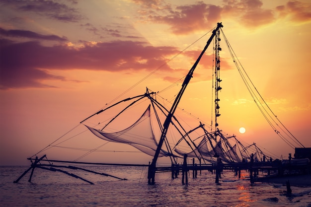 日没の中国の漁網。高知、ケララ州、インド