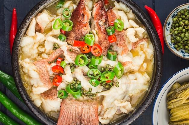 Китайская кухня: отварная рыба с квашеной капустой и чили. филе красного морского окуня
