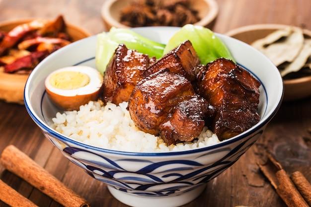 Китайская еда, тушеная свинина