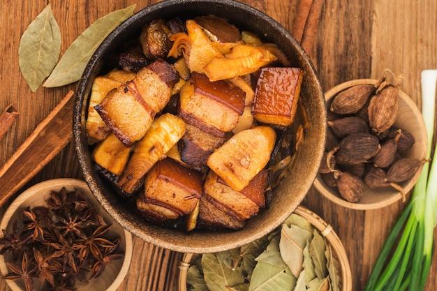 죽순을 곁들인 중국 음식 찐 돼지 고기