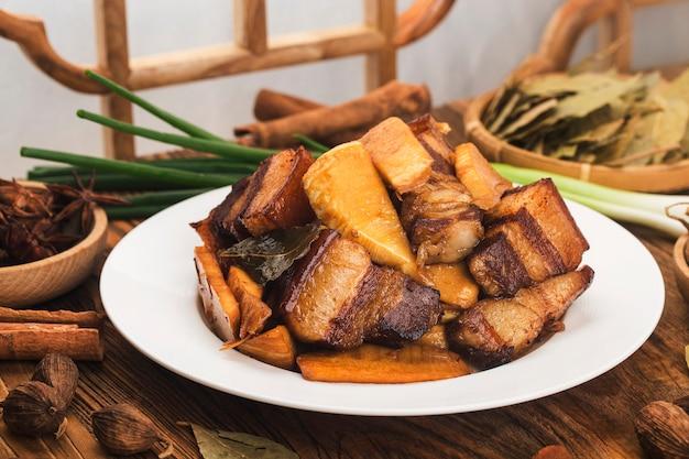 タケノコと中華料理の煮込み豚肉