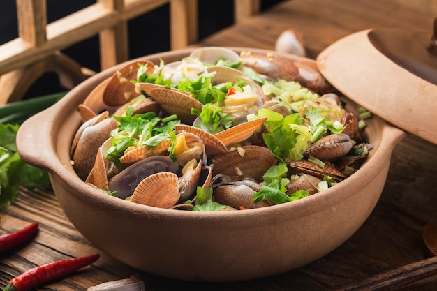 Chinese food: clam and vermicelli casserole