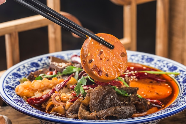 中華料理のアヒルの血のチリソース Premium写真