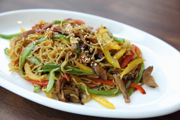 Китайская еда, жареная лапша с ветчиной