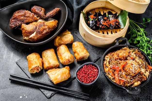 中華料理。麺、餃子、フライドチキン、点心、春巻き。