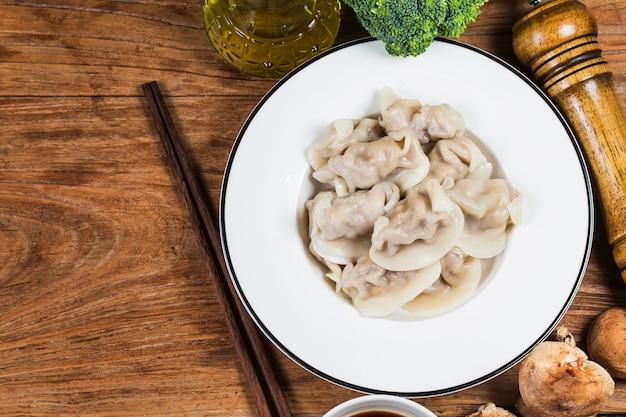素朴な古いヴィンテージ木製の背景に中国料理。