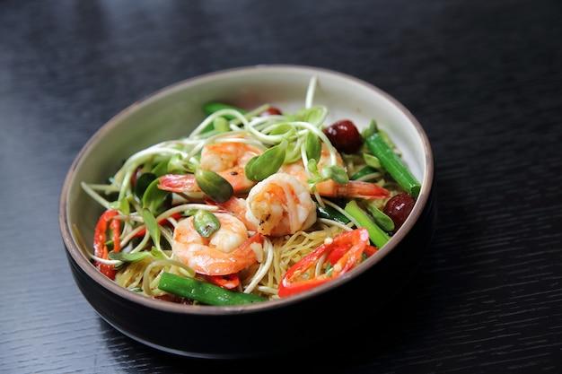 中華料理のエビと緑の野菜と麺