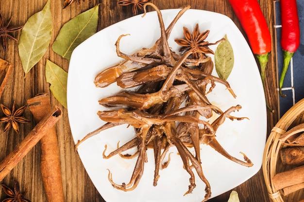 中華料理。スパイスの効いたアヒルの舌