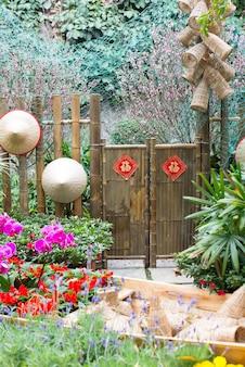 화려한 꽃을 가진 중국 정원