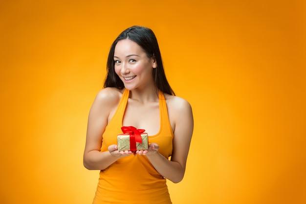 Китайская девушка с подарком
