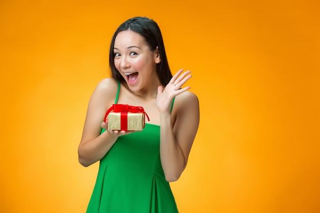 贈り物を持つ中国の女の子