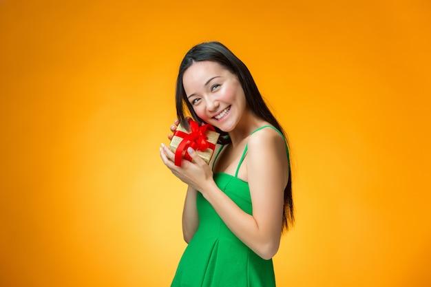 선물을 가진 중국 여자