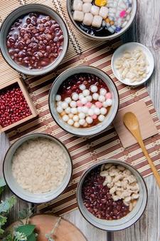 中国のもち米のボール中国人は元宵節の中国の結婚式の日と冬至の祭りでデザートとして役立った元宵節の間に食べられます