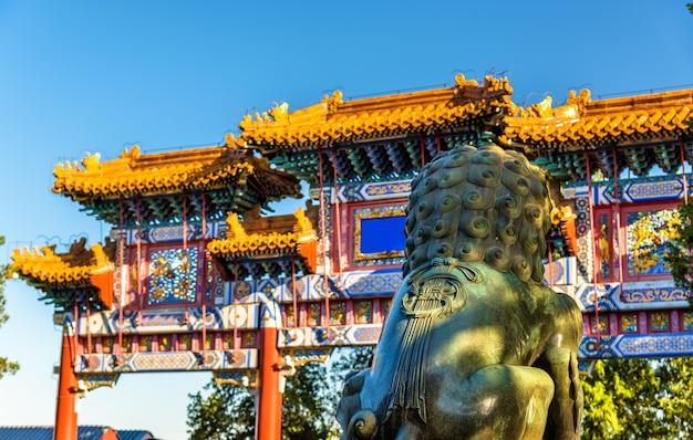 Китайский лев-хранитель в летнем дворце в пекине