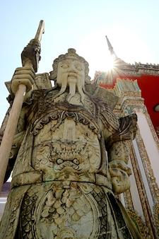 ワットポー寺院バンコクタイの門の横にある中国の守護像