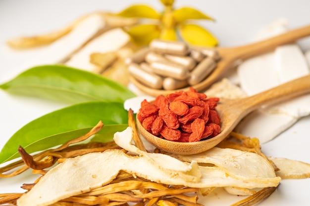 좋은 건강을 위한 구기자 열매와 한약.