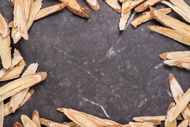 中国の漢方薬-石の背景にレンゲ、テキストは空白、コピースペース