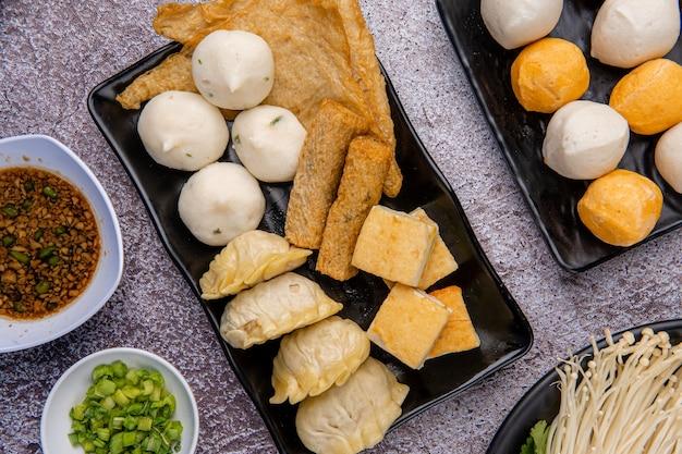 スープフードや蒸気船としても知られる中国の鍋は、食卓でスープストックの煮物を使って調理された中国発祥の調理法です。