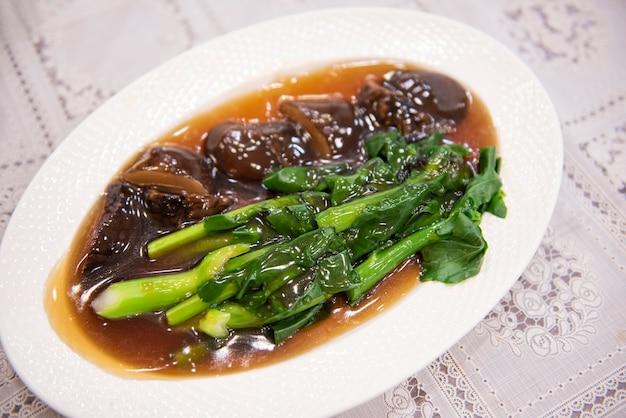 カイランのオイスターソース炒め、椎茸の炒め物とカイランの炒め物