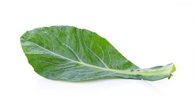 白いテーブルの上の中国のケール野菜。
