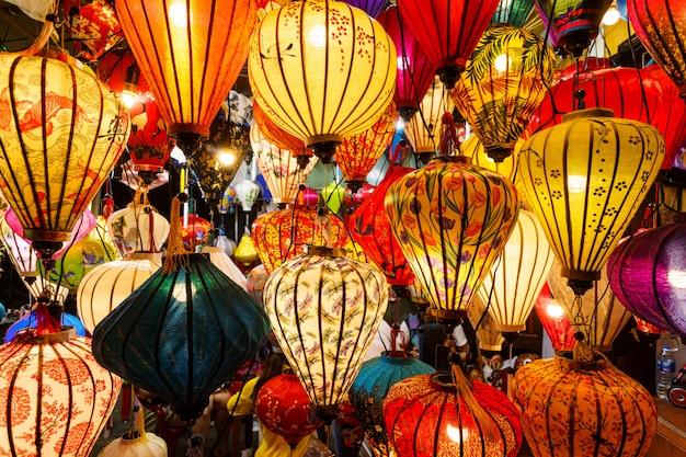 Китайские светильники свисают с потолка
