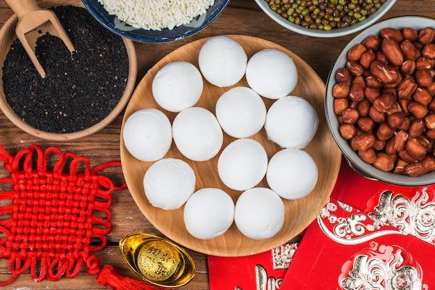 中国のランタンフェスティバルの食べ物、富と繁栄。巨大な米のボール
