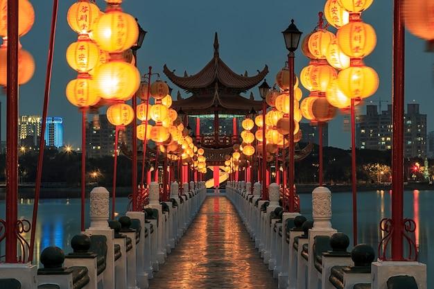 Китайский фестиваль фонарей на улице