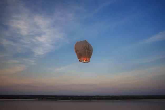 火と中国のランタンが夜空に飛ぶ