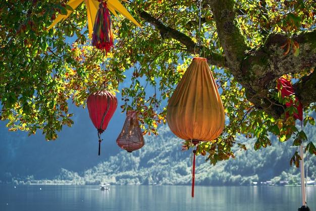 할슈타트의 나무에 매달린 중국 등불