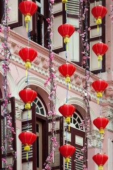 Китайские фонари возле здания в сингапуре