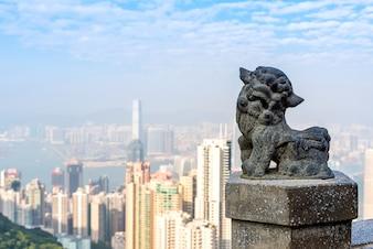 ビクトリアピークでの中国のライオン像香港での有名な視点と観光地。