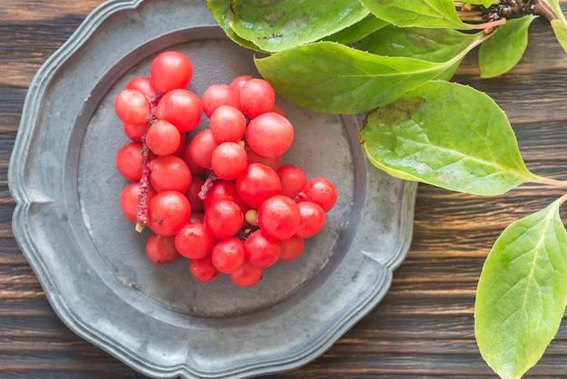 Китайские ягоды лимонника на тарелке