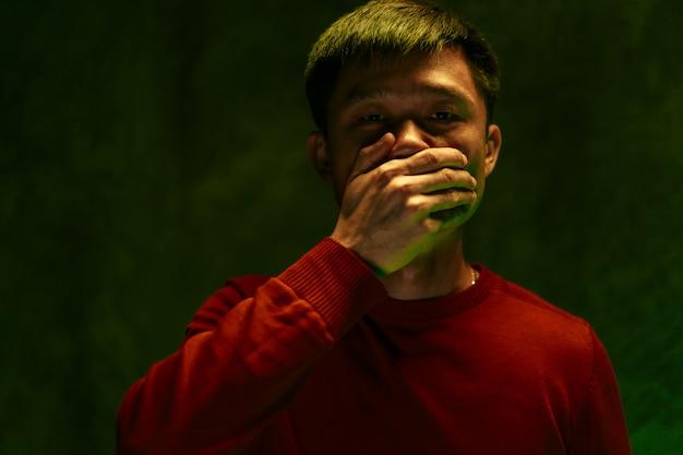 그의 입을 덮고 기침 중국 남자. 코로나 바이러스 발생 개념