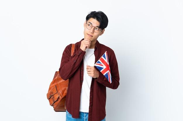 紫に英国の旗を持って見上げる中国人男性