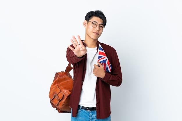 幸せな紫色の英国の旗を保持し、指で4を数える中国人男性