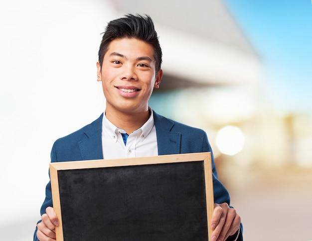 Uomo cinese in possesso di lavagna