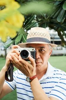 Китаец фотографирует цветущее дерево