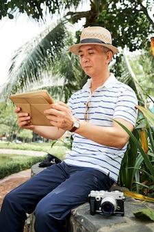 オンラインでニュースを読む中国人男性