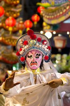 중국 사원의 연례 축제에서 중국 가면 배우 쇼