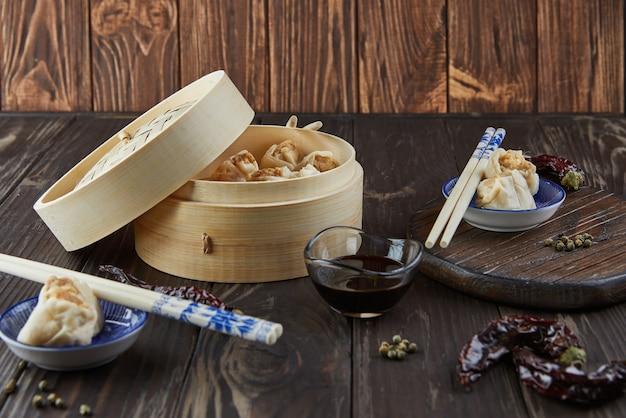 대나무 찜통에 중국 고기 만두 찜 요리